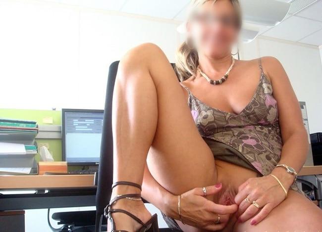 Plan cul très sexe au bureau avec une belle blonde aux petits seins