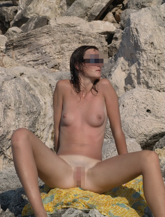 Marine, brunette exhibitionniste